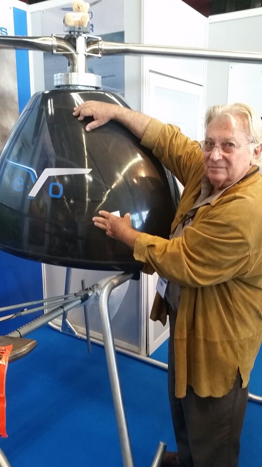 Légende image : Jean-Claude Tourn pose à côté du dernier prototype de son appareil. Notez que seuls les bras moteurs y sont installés. Les pales ont été démontées ©Erwan Lecomte/ Sciences et Avenir