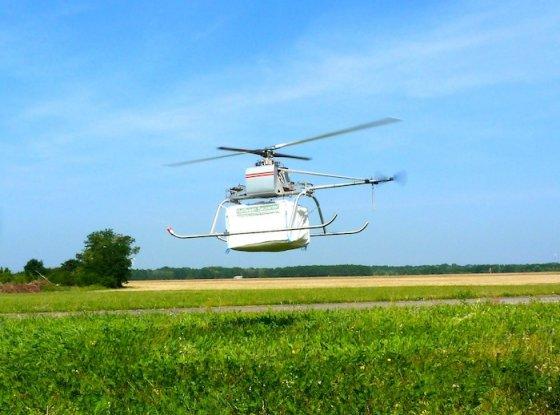 L'EyoCopter fait la démonstration de sa capacité d'emport : 35 kg à vide, 115 kg au décollage. © EyoCopter